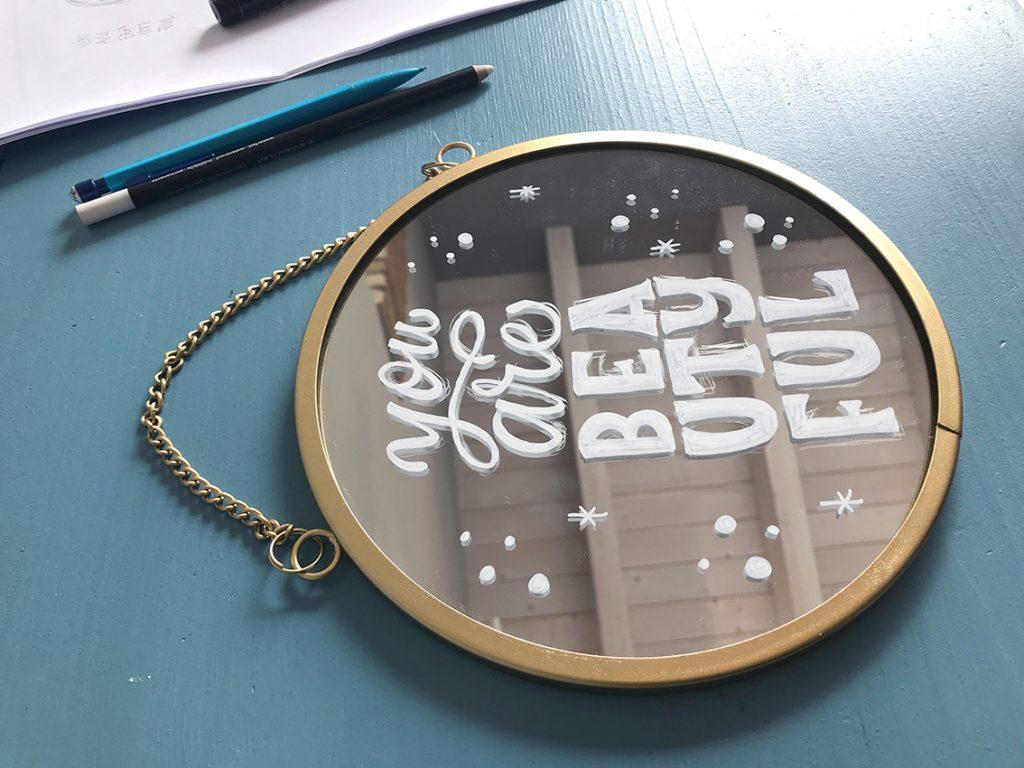 Decorare uno specchio con una scritta bianca