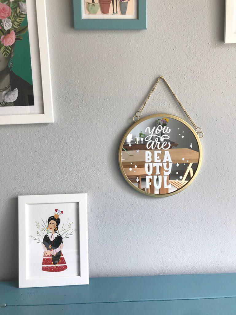 Uno specchio decorato appeso al muro