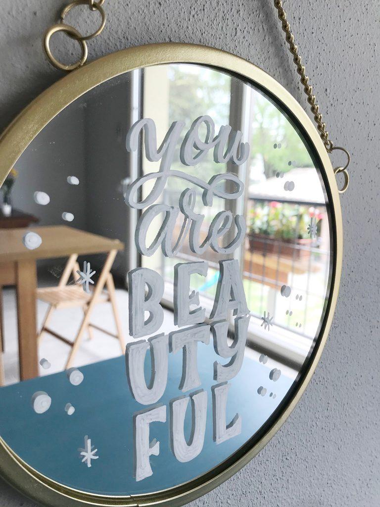 Particolare di uno specchio decorato appeso al muro