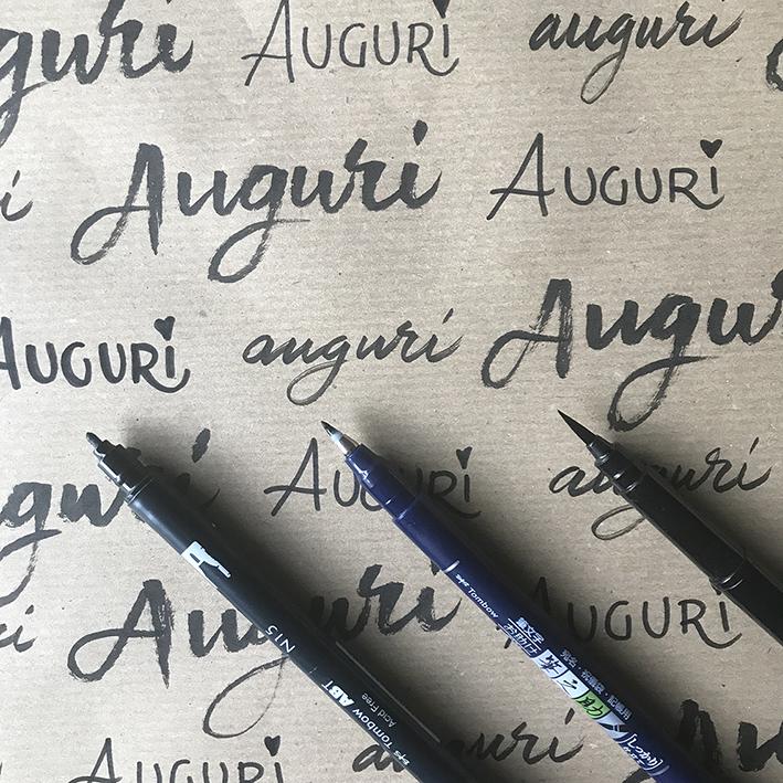 Tre diversi pennarelli per scrivere Auguri
