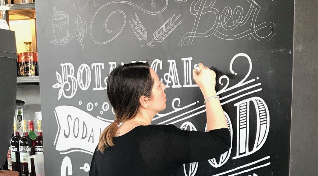 Lettering su parete lavagna nel bar MAV di Parma