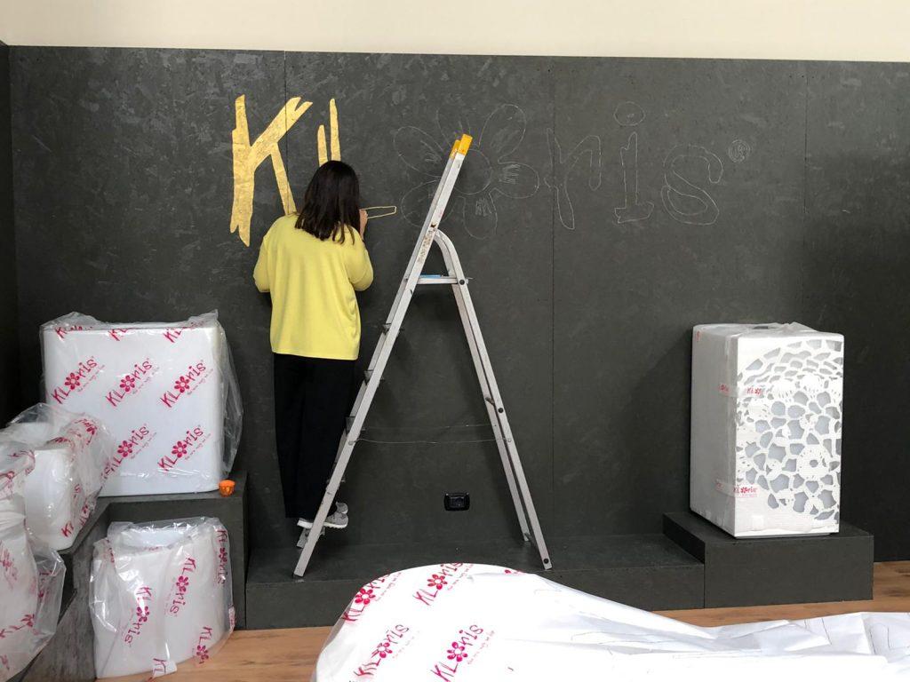 Realizzare un logo su parete nera