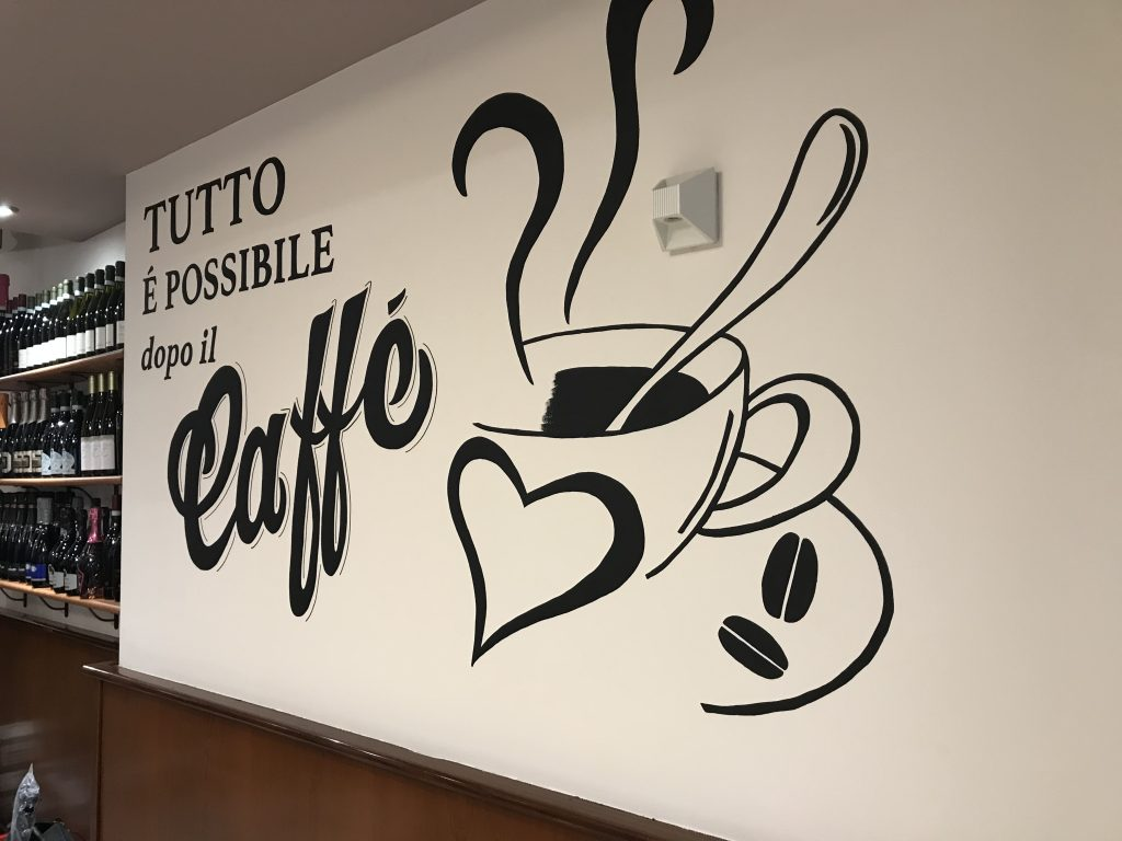 Lettering e disegno sul muro di un bar