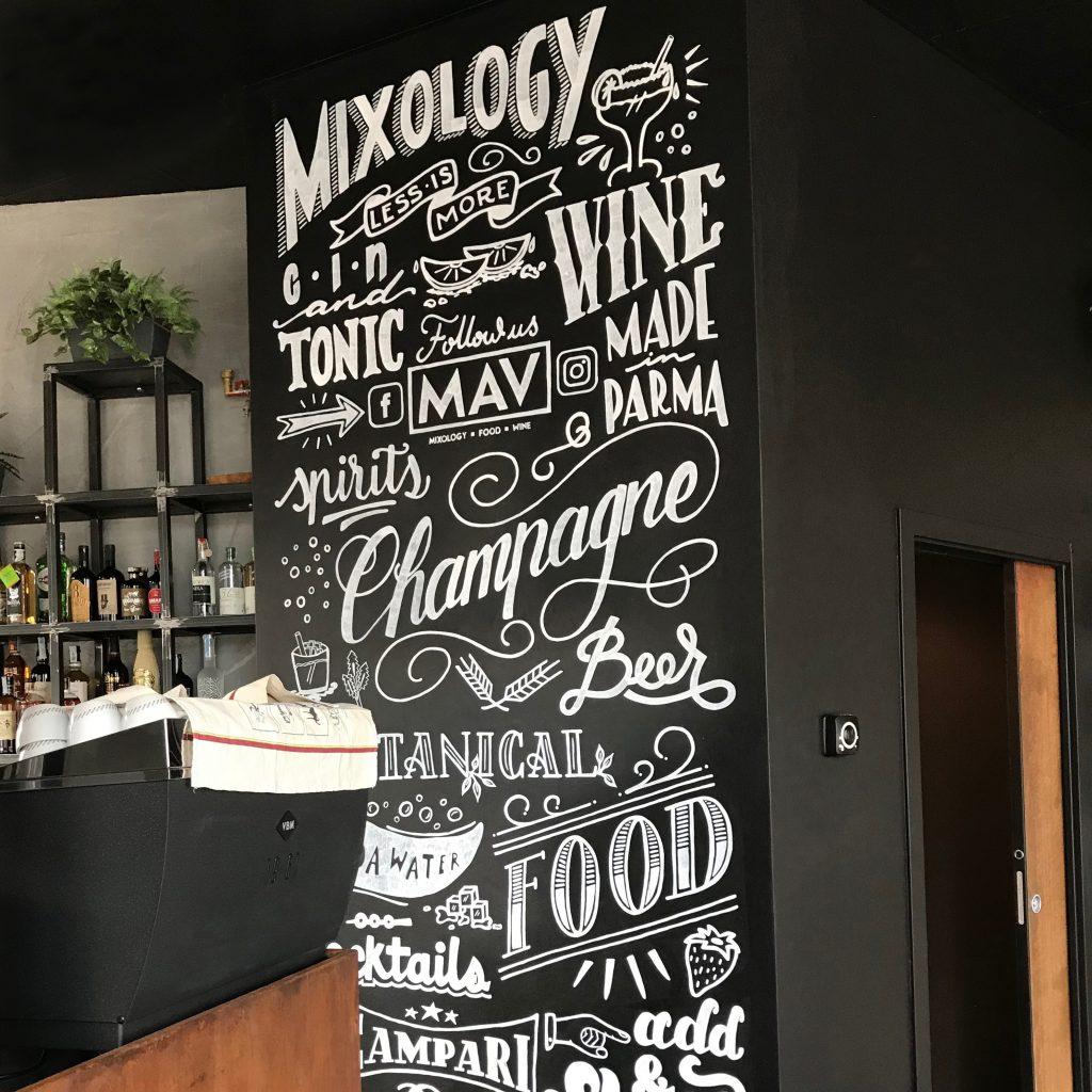 parete lavagna decorata in un bar