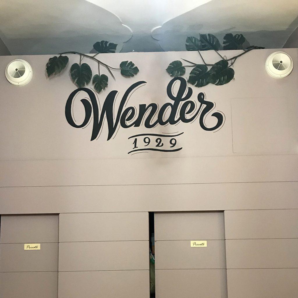 logo Bar Wender decorato sulla parete